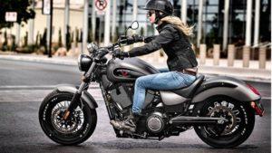 半ヘルでアメリカンバイクに乗る